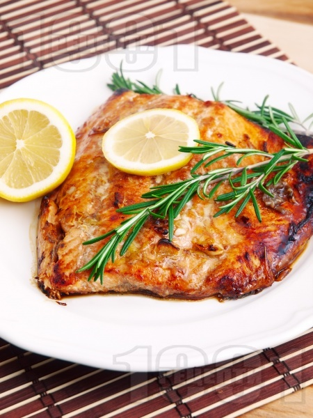 Вкусна печена сьомга на фурна с марината от соев сос, мед, лимон и зехтин - снимка на рецептата